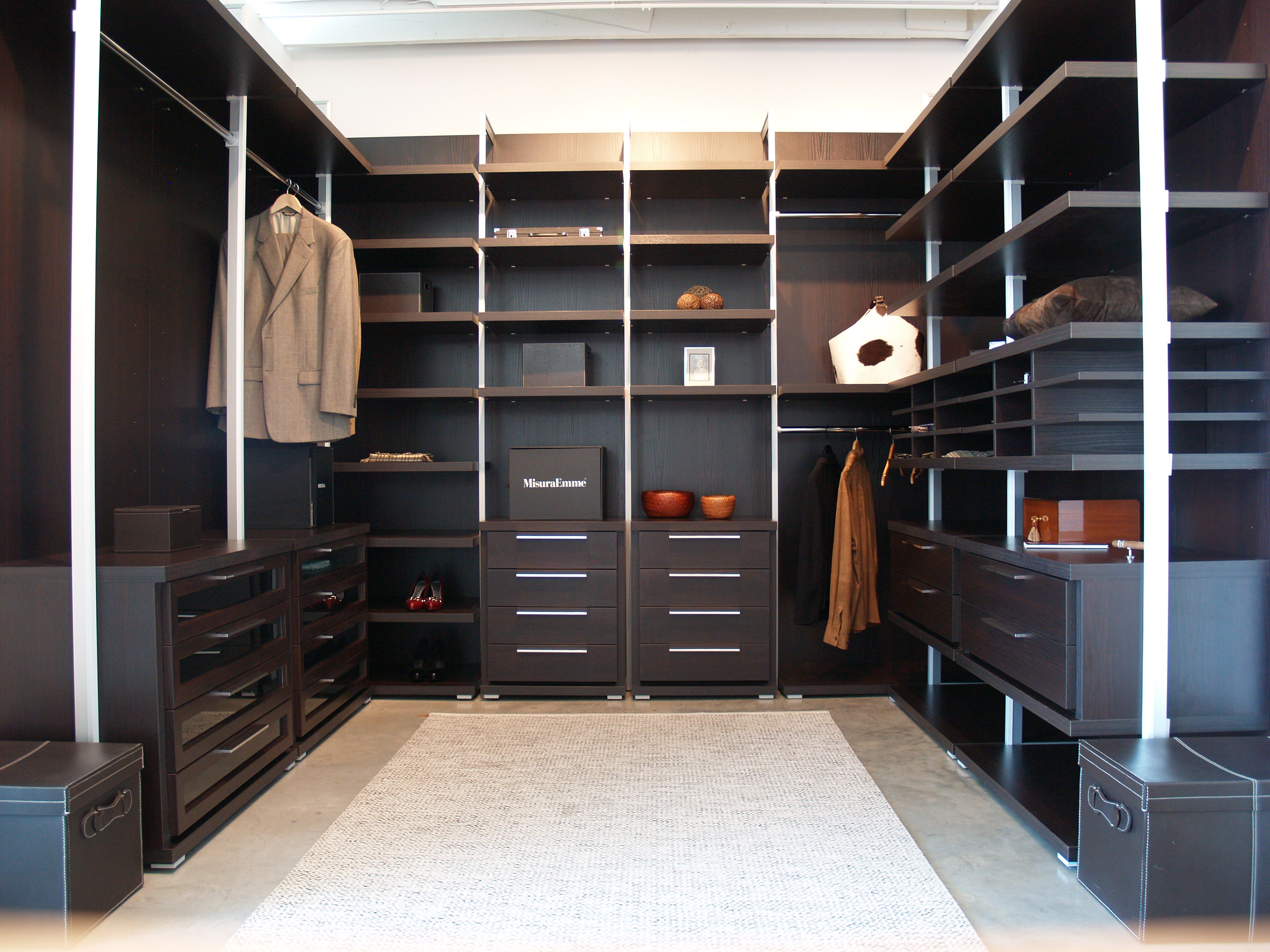 Гардеробная комната с алюминиевыми стойками
