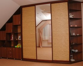 использование напольных и навесных тумб с мансардным шкафом