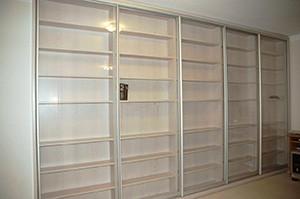 широкий шкаф купе в библиотеку