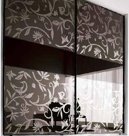 Шкаф купе с пескоструйным рисунком на стекле с пленкой ORACAL черного цвета